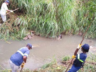 Trecho do Córrego dos Japoneses recebe serviço de roçagem manual