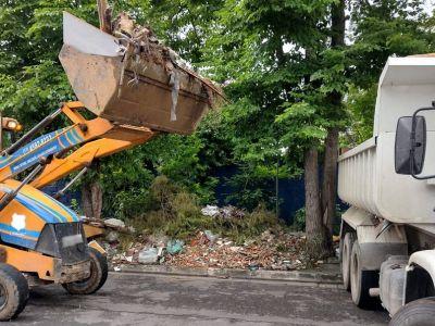 Proguaru limpa calçada tomada por resíduos no Jardim Scyntila