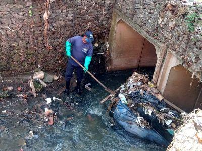 Resíduos são removidos de travessia do Córrego dos Japoneses